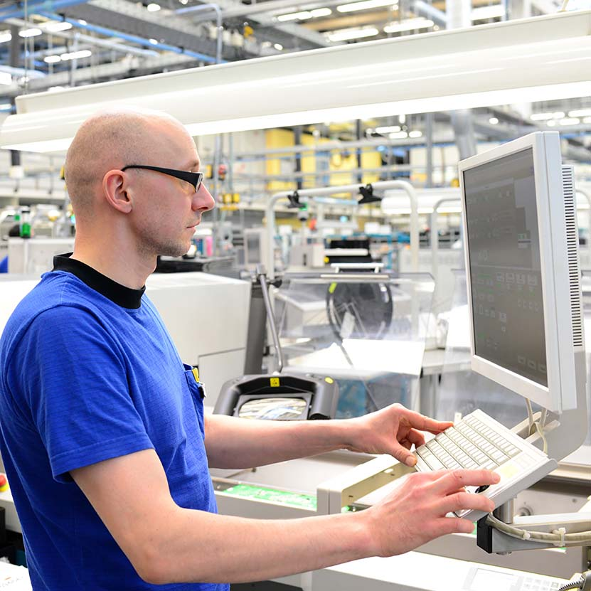 Ingenieur in Fabrik steuert Maschine in der HiTech Fertigung  Visualisering DAS Visualisering 3
